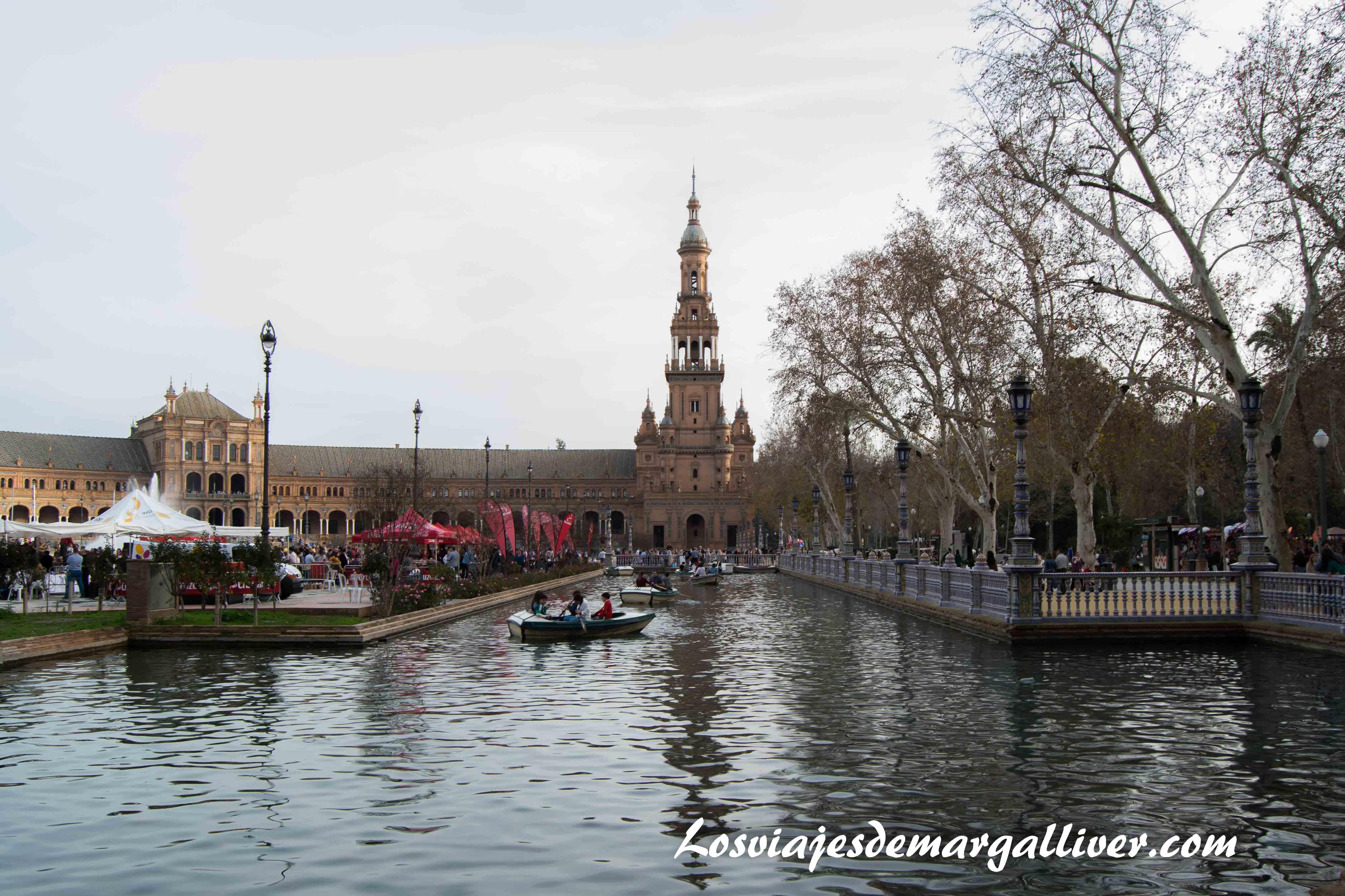 Barquitas en la plaza de España de Sevilla , ruta por Sevilla - Los viajes de Margalliver